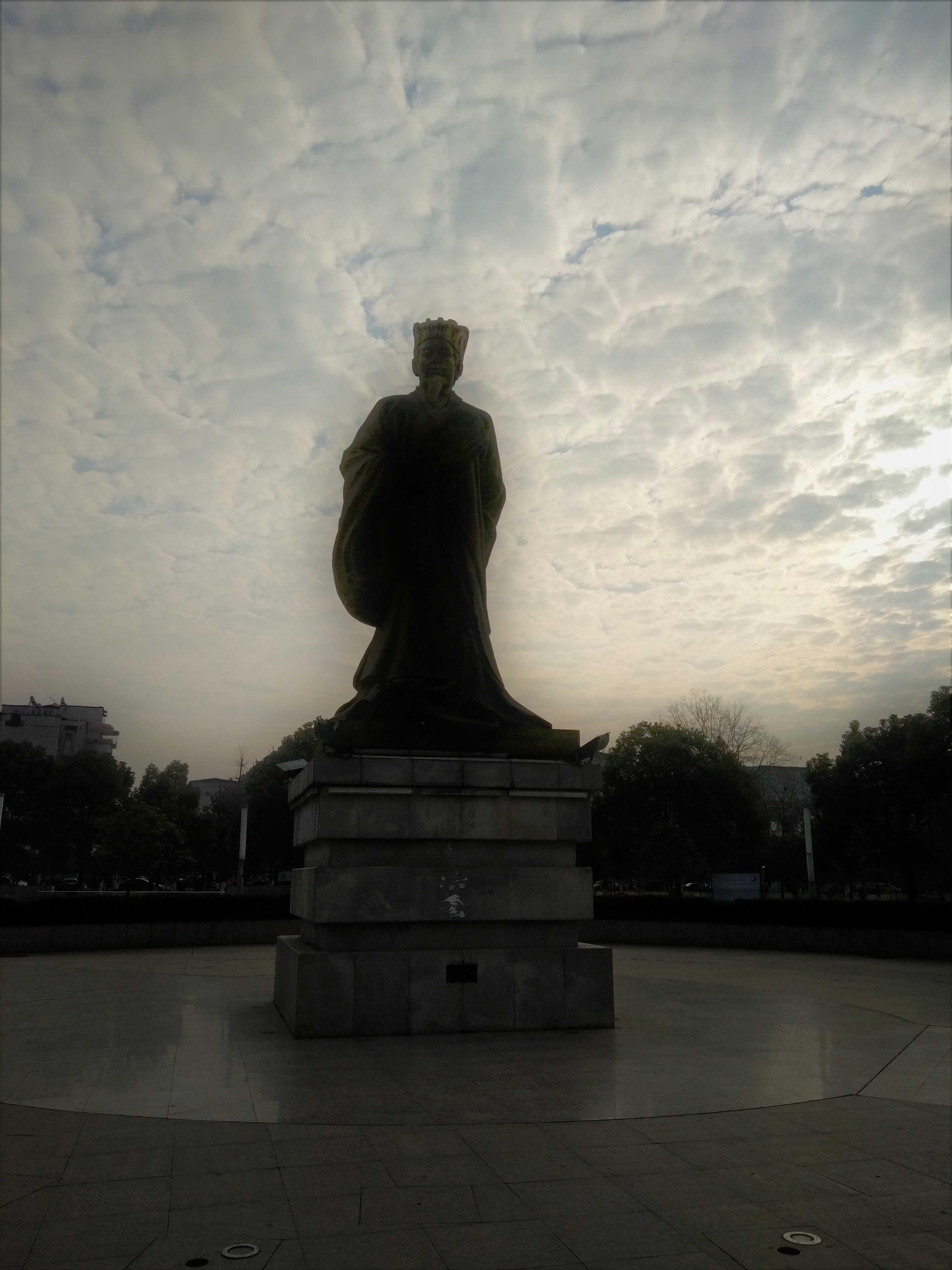 赤壁市人民広場の孔明像