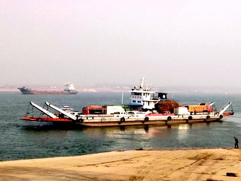 船(フェリー)で長江を渡る