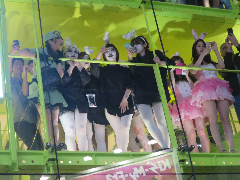 渋谷ハロウィン - パンツが見えそうな女の子たち