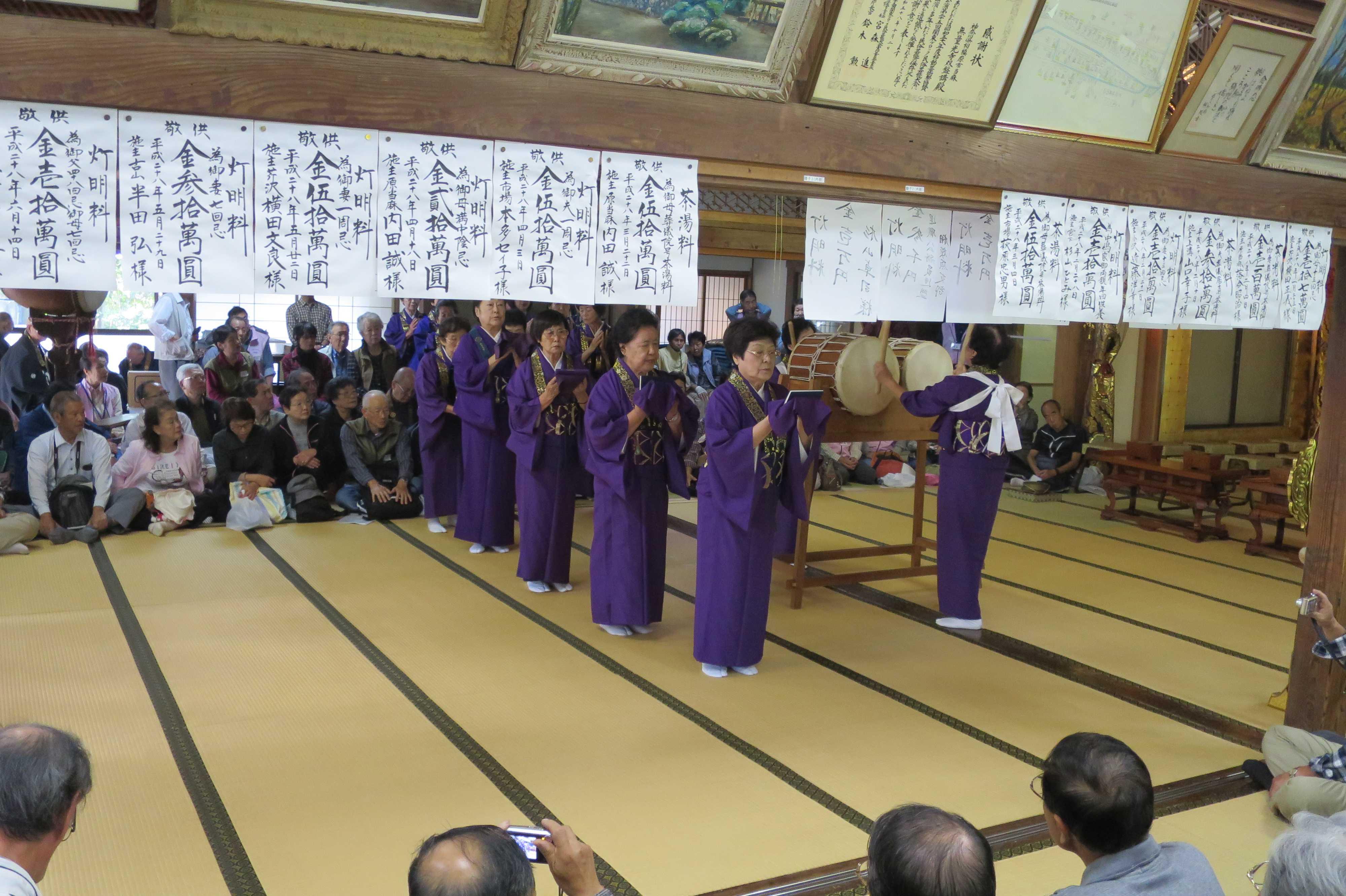 無量光寺の踊り念仏 - 歩きながら全員で「南無阿弥陀仏(なむあみだぶつ)」