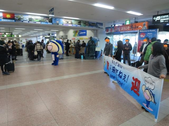 高知の観光客を出迎える「まち・ゆうき君」 - 高知龍馬空港