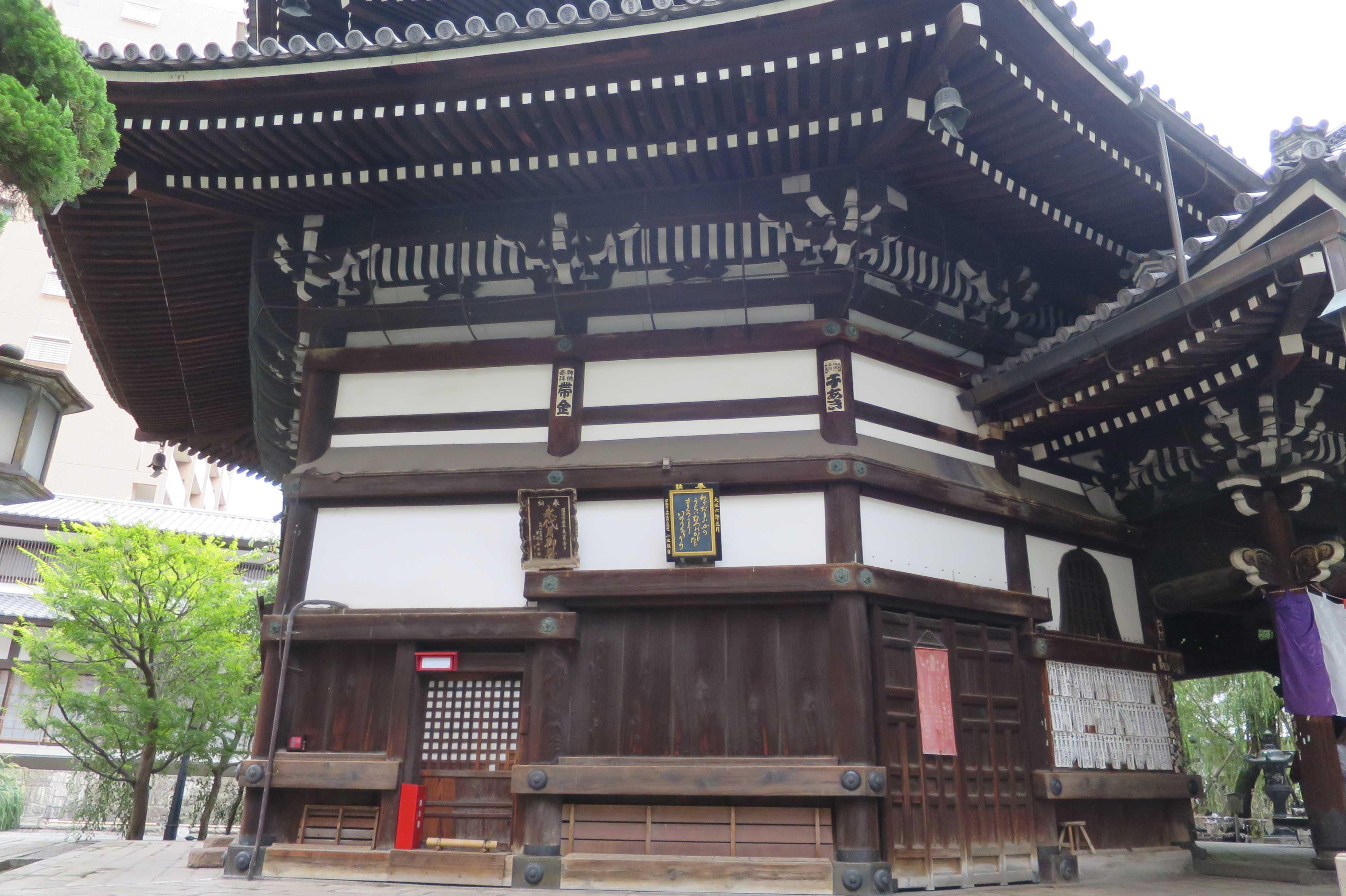 横から見た六角堂の本堂(京都市)