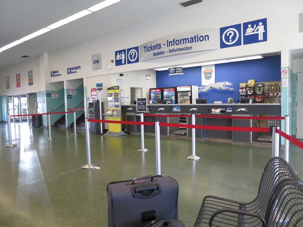 グレイハウンドのバスターミナル内部のチケットインフォメーション
