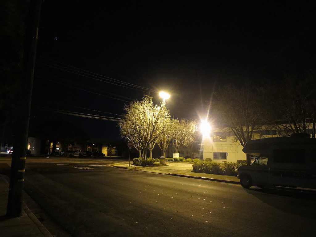 夜のレッドウッドシティ郊外