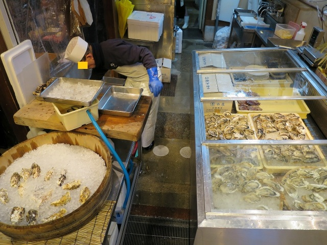 錦市場の生牡蠣屋