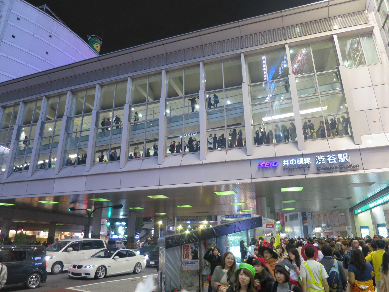 渋谷ハロウィーン - 京王井の頭線の連絡通路から渋谷ハロウィンの大騒ぎを見る「普通の人々」