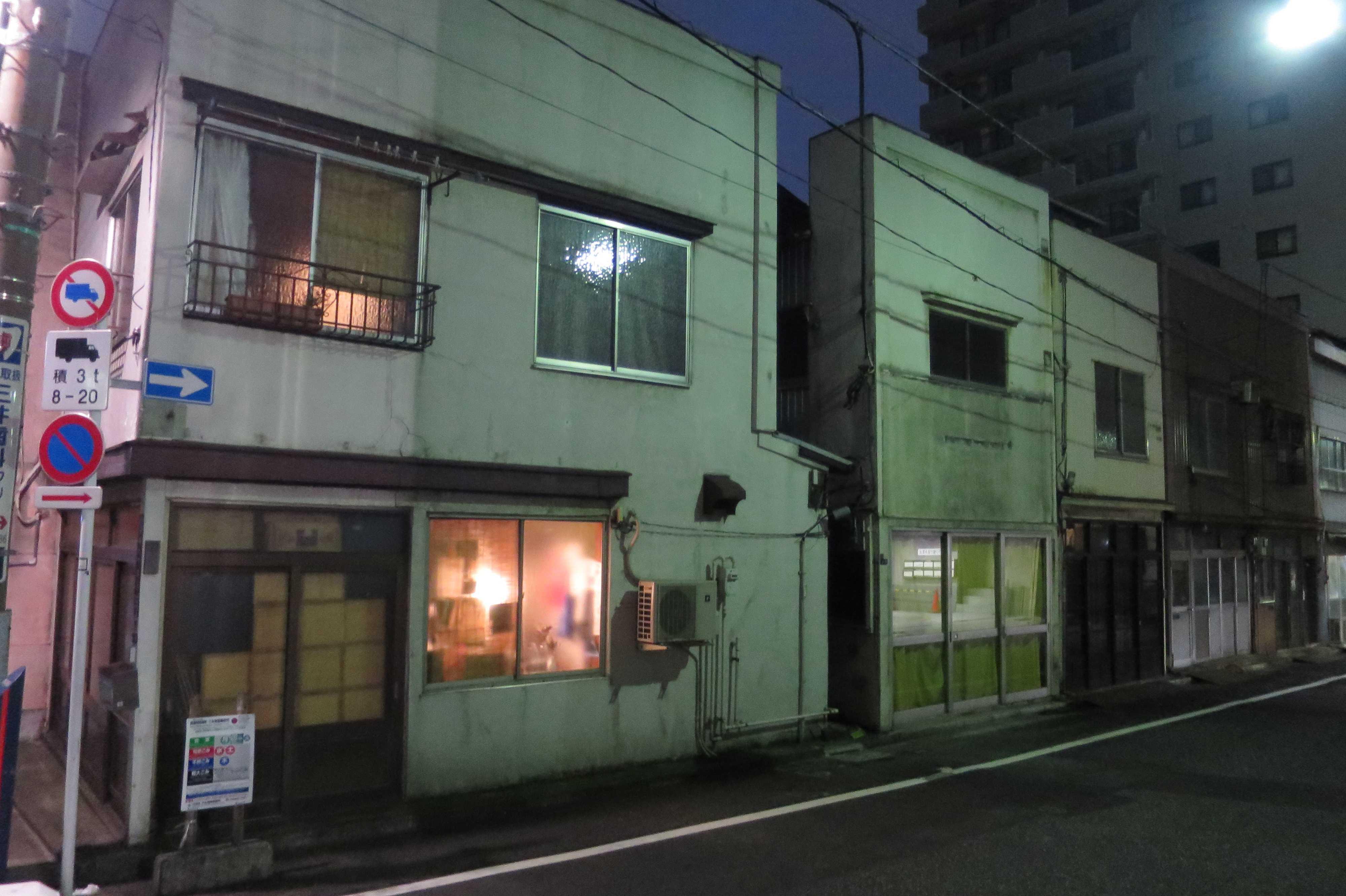築地エリア - オレンジ色の窓明かり