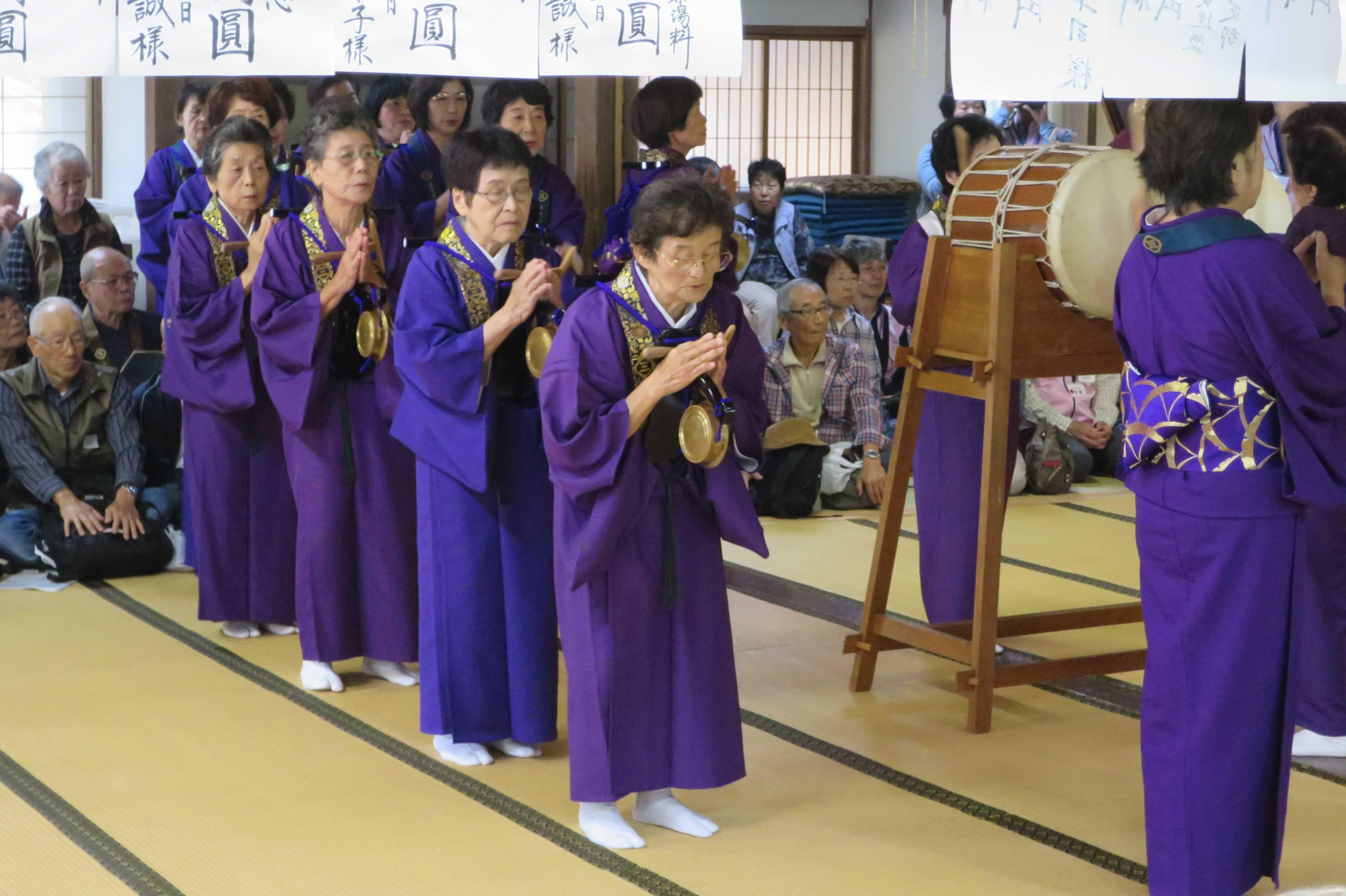 無量光寺の踊り念仏 - 鉦(かね)を持ち、合掌