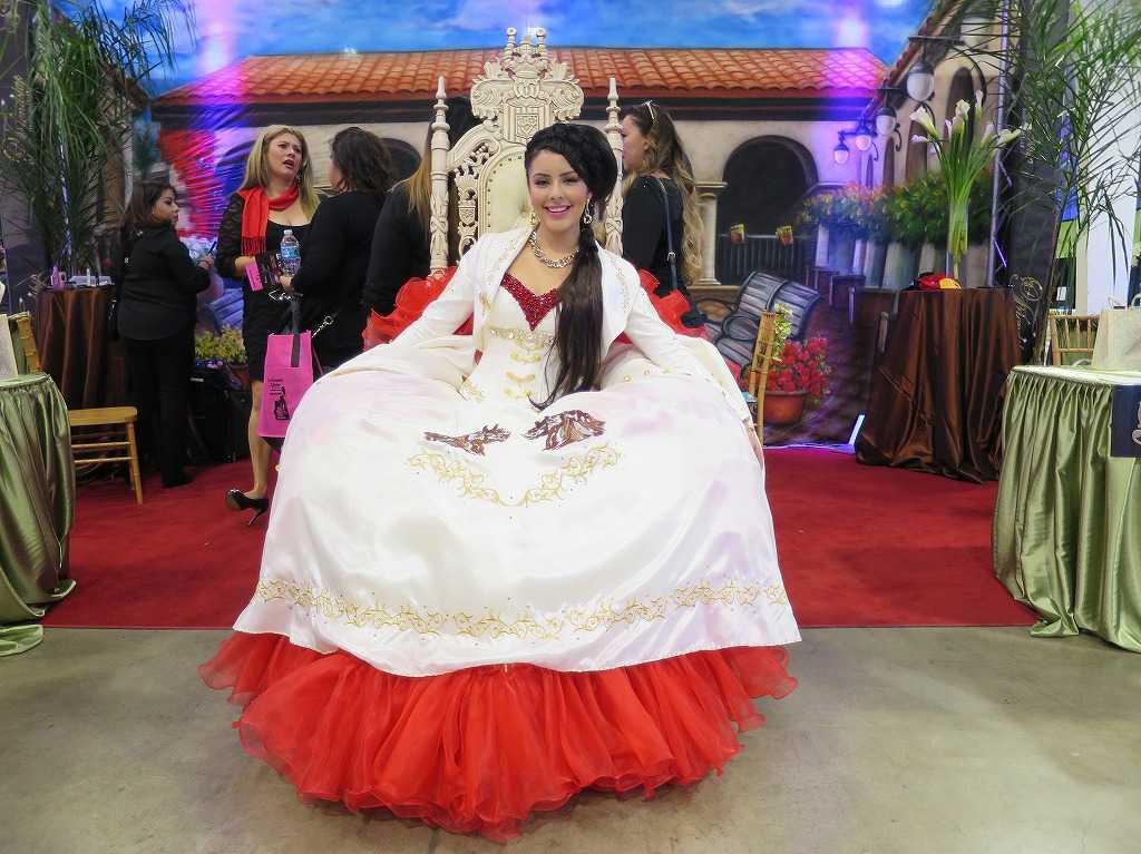 紅白の鮮やかなドレス