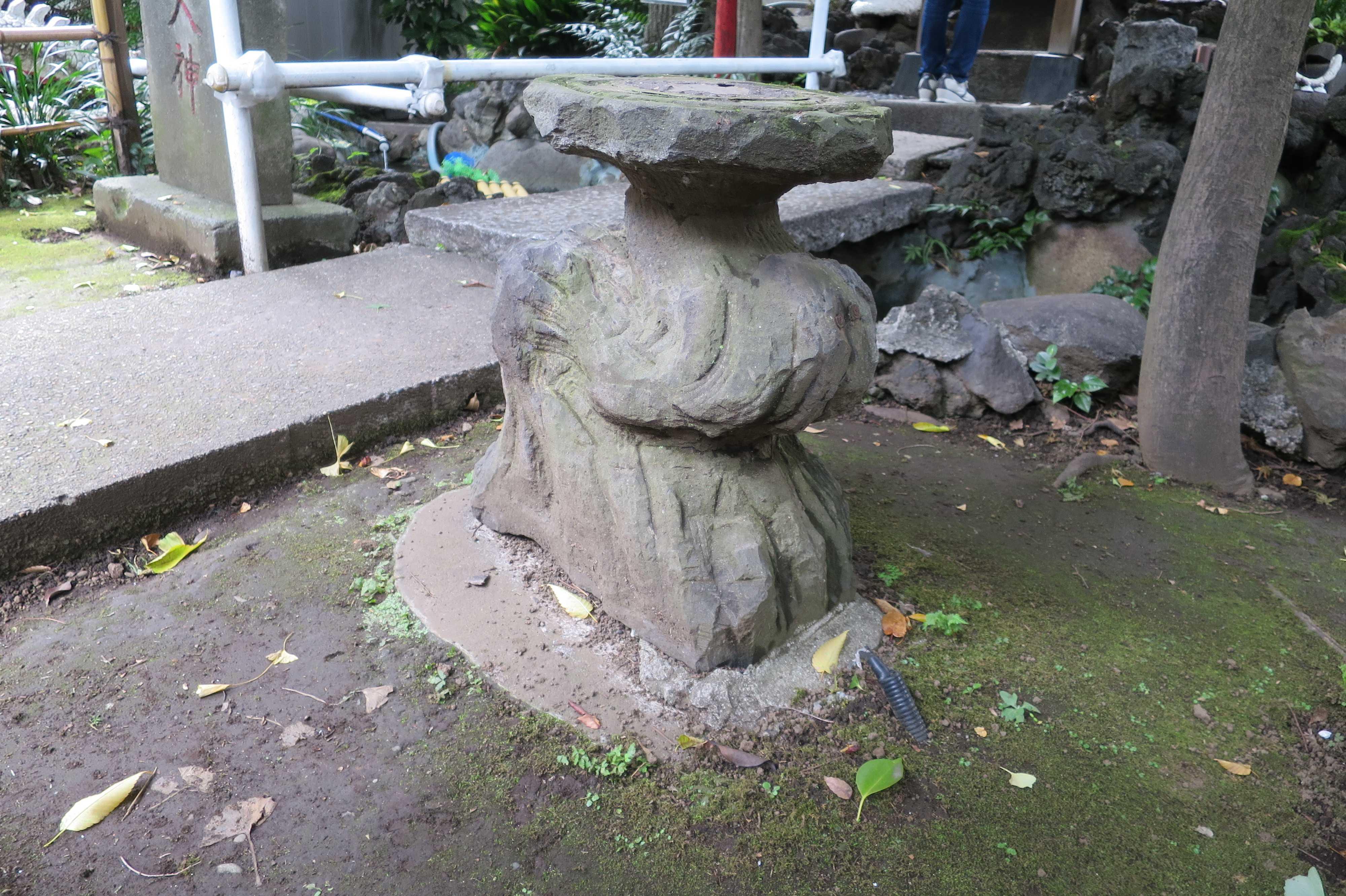 弁天様の前の石(上神明天祖神社)