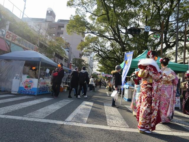 高知市 - 成人式帰りの振袖姿の女性たち