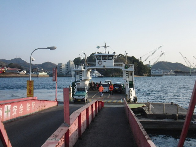 向島(むかいしま)と行き来する尾道渡船