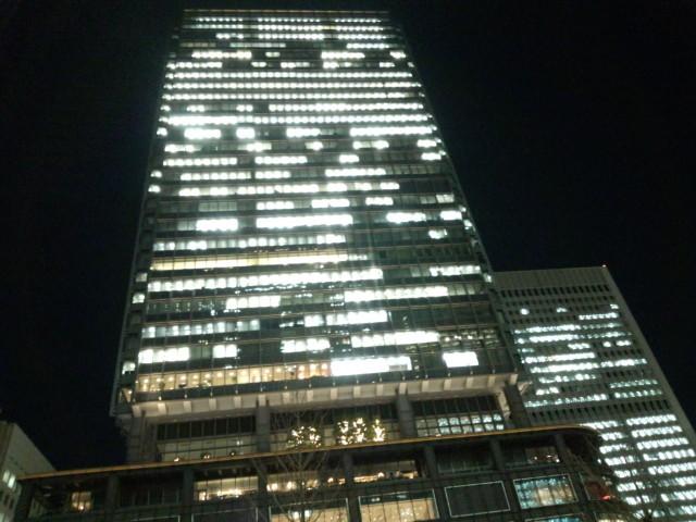 夜の丸の内のビル
