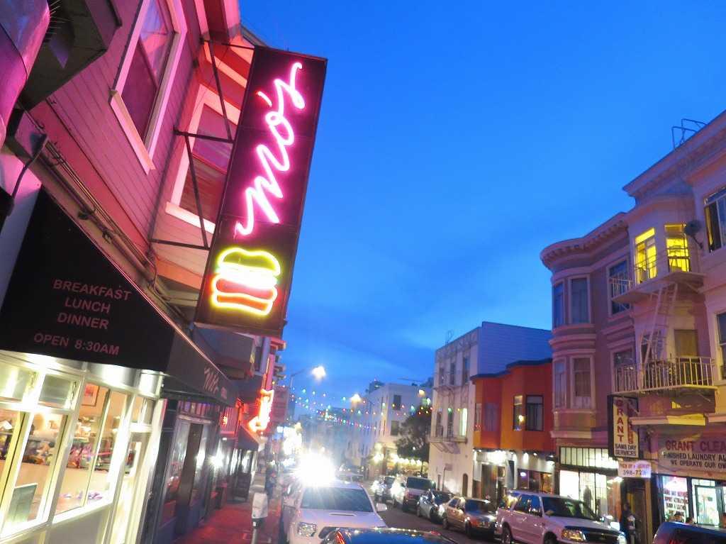 サンフランシスコ - グラント・アベニュー(Grant Ave)のピンクのネオンサインと黄昏れる青い空