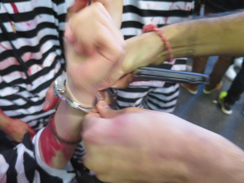 渋谷ハロウィン - 手錠をしている囚人