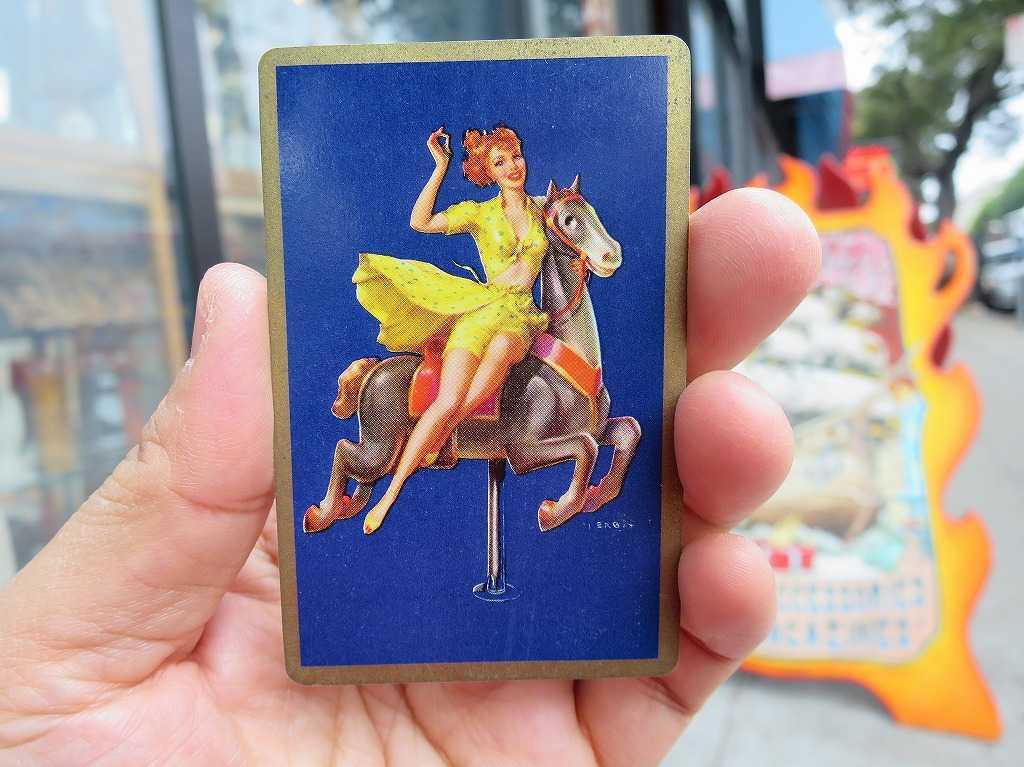 メリーゴーランド(回転木馬)に乗ったアメリカ人女性