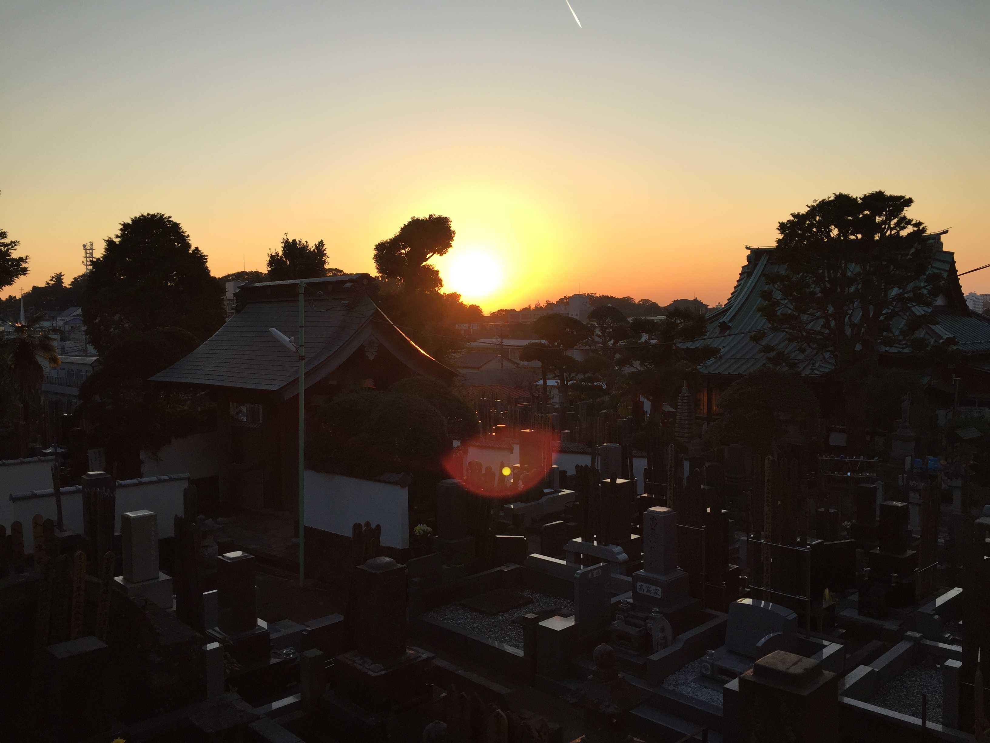 夕日が沈む様子(眞淨院)