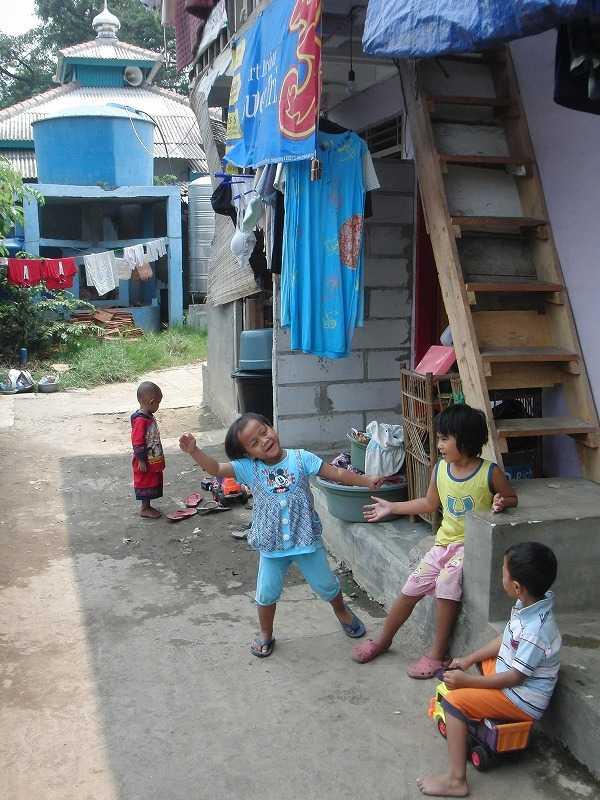 インドネシア・ジャカルタ カンポン(路地裏)の子供たち