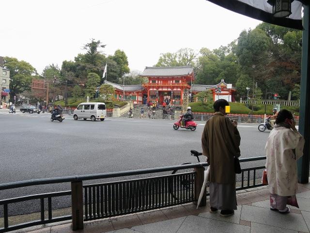 着物姿の男女 - 八坂神社前