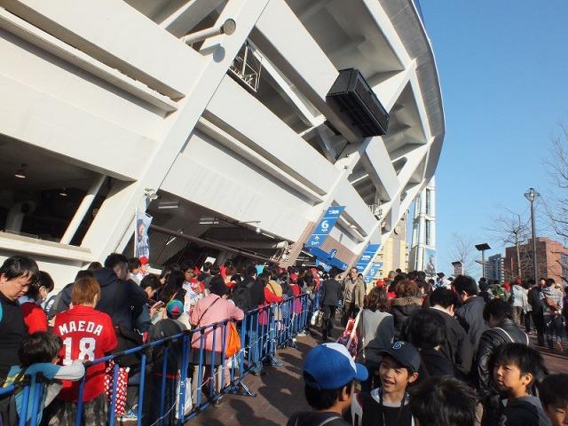 開場を待つプロ野球ファン - 横浜スタジアム
