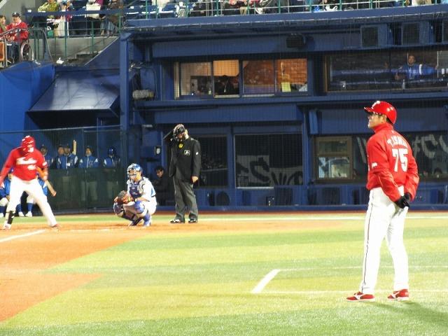 三塁コーチャーは伝説の大打者・石井琢朗