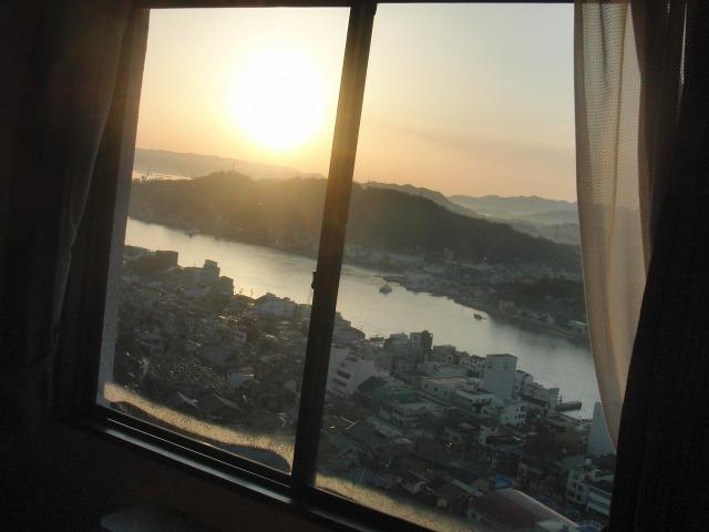 ホテルの窓から見えた朝日と尾道水道