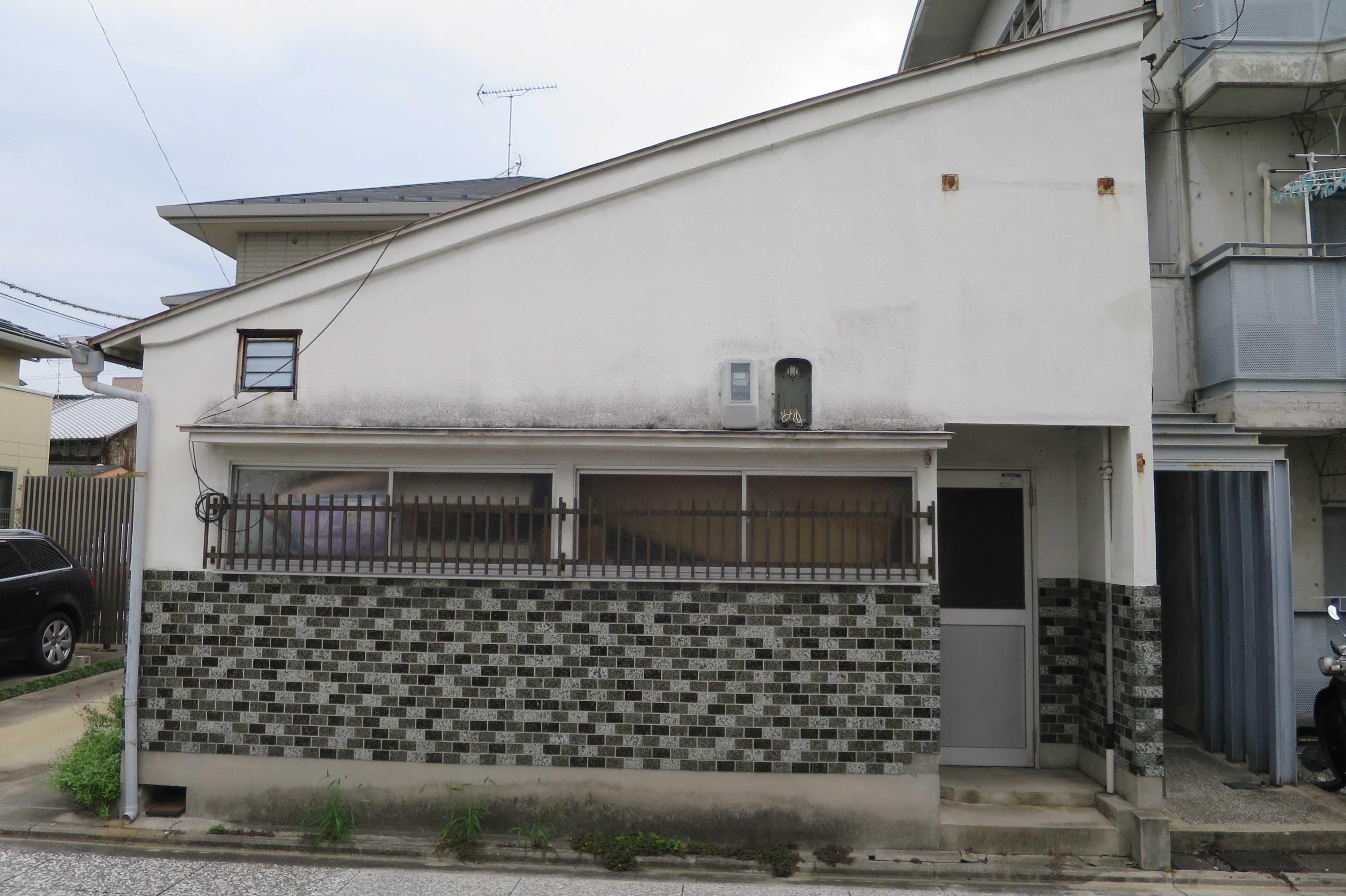 京都 - 斜め屋根のタイルの家