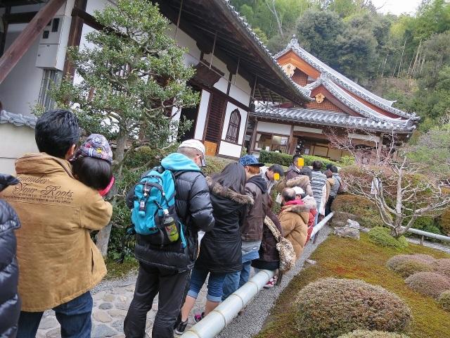 鈴虫寺(華厳寺)に並ぶ参拝客