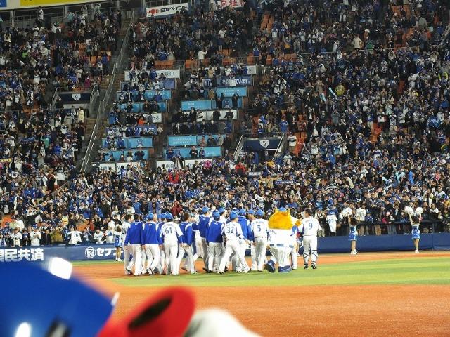 サヨナラ勝ち、歓喜の横浜ベイスターズの選手達