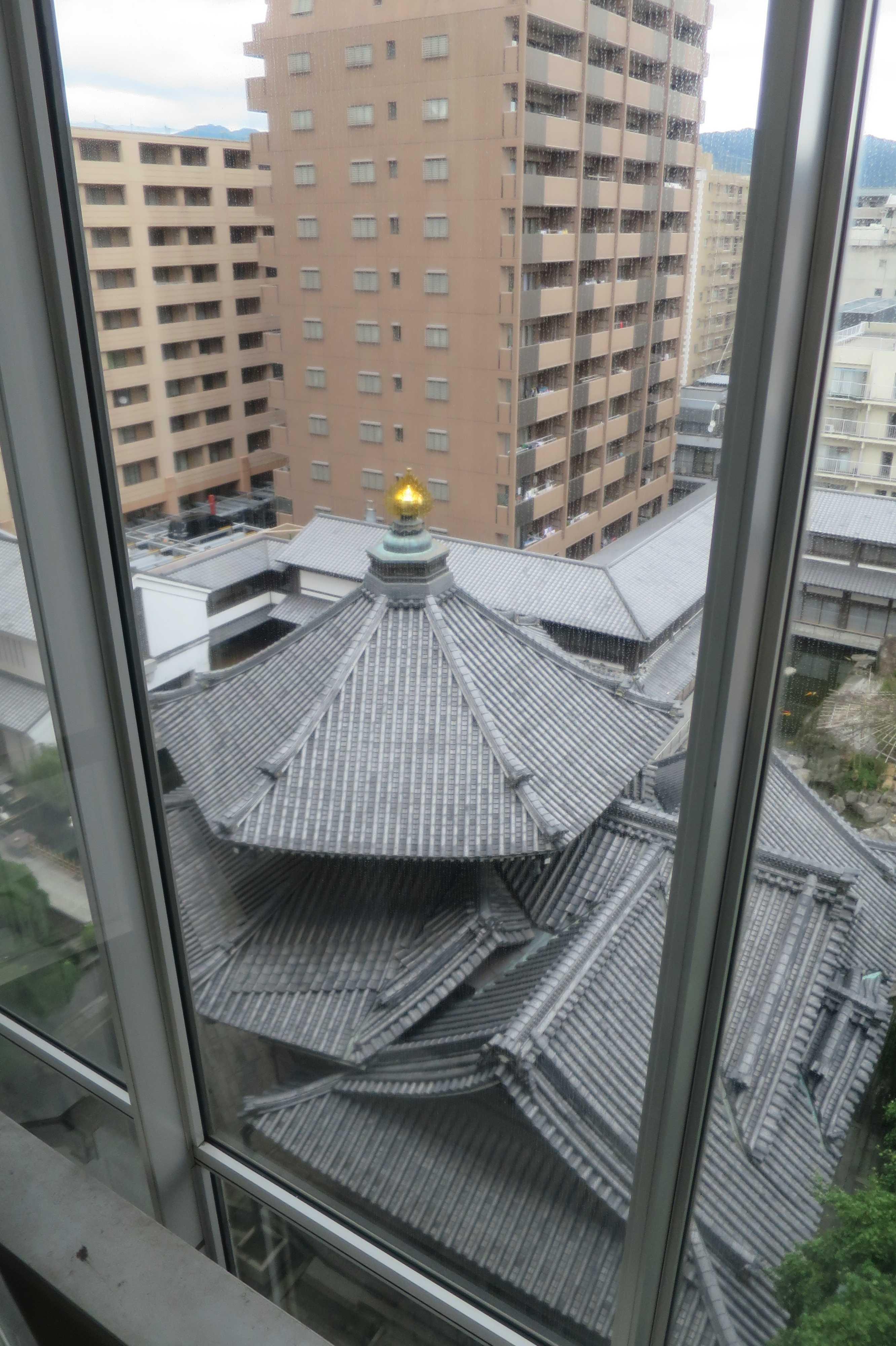 展望エレベーターの中から見えた六角堂の六角形の屋根