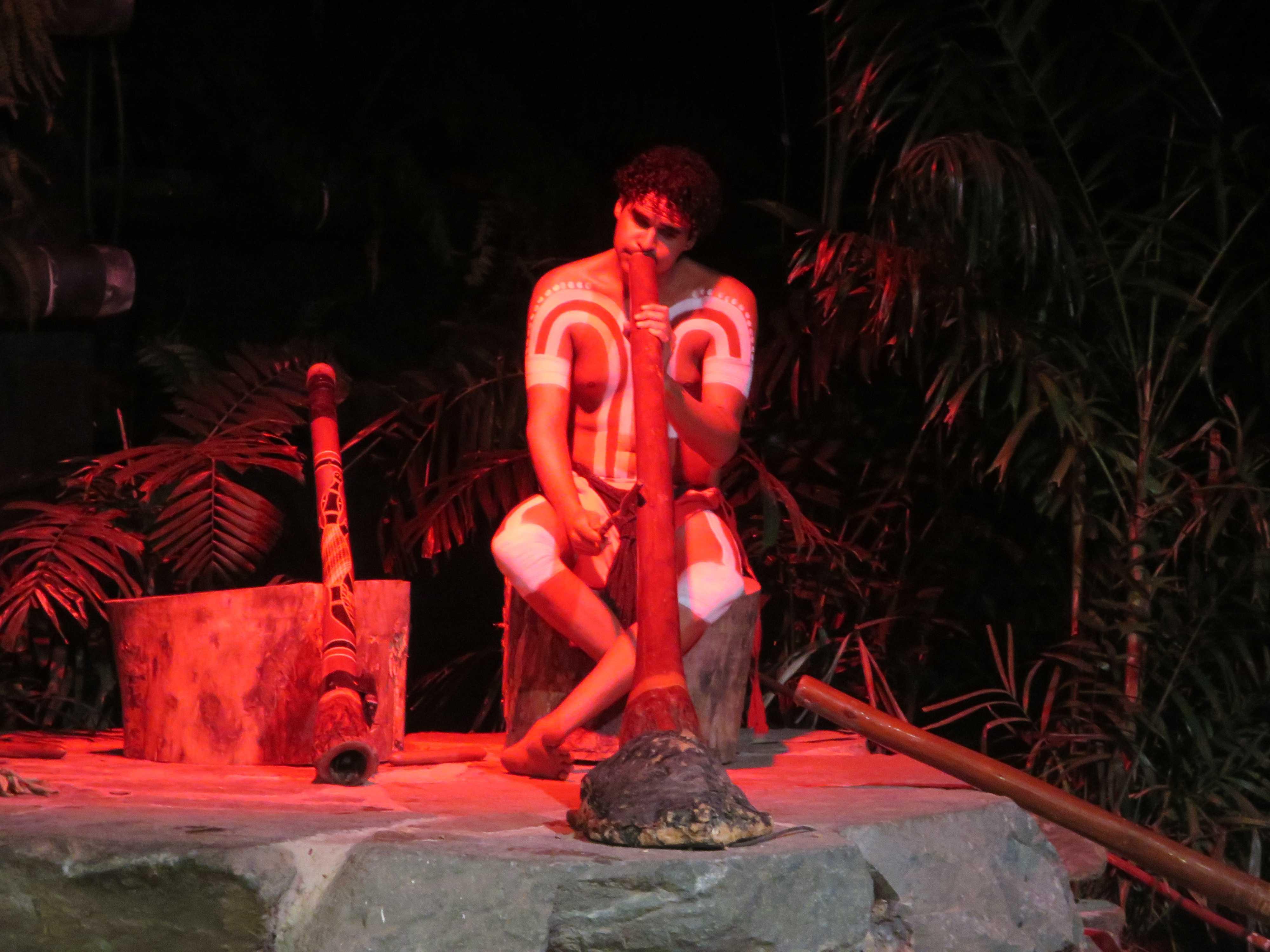 ディジュリドゥを吹くアボリジニ