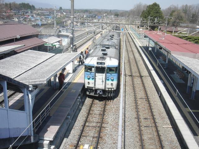 JR日野春駅に停車する中央本線