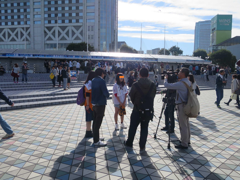 メディアの報道陣に囲まれる侍ジャパンガール
