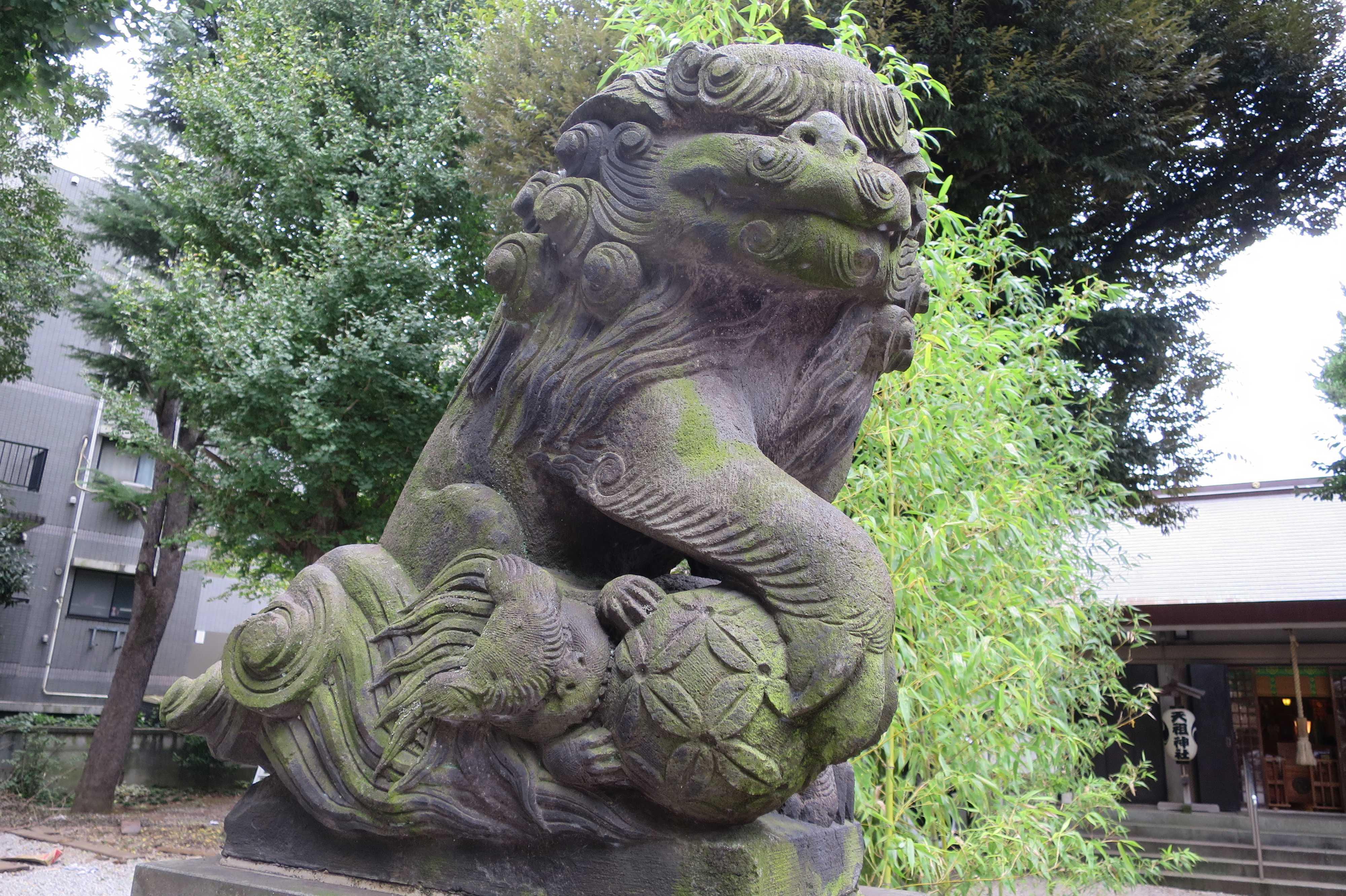 ユーモラスな表情の狛犬(上神明天祖神社)