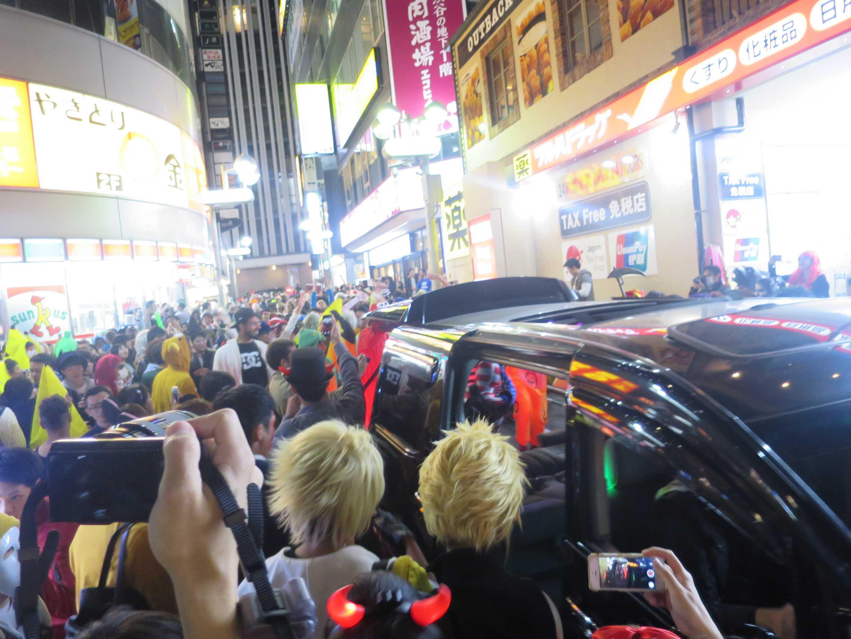 渋谷ハロウィーン - 大音量でダンスミュージックを流す車