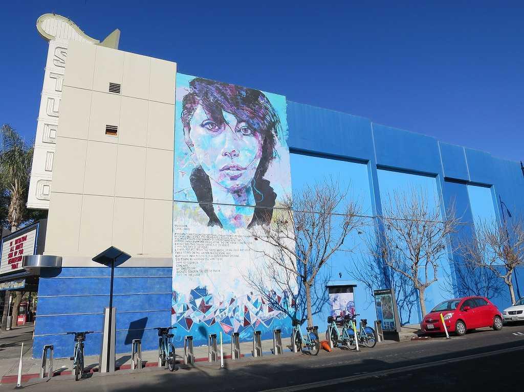 サンノゼ - 人物画の壁画がある青いビル