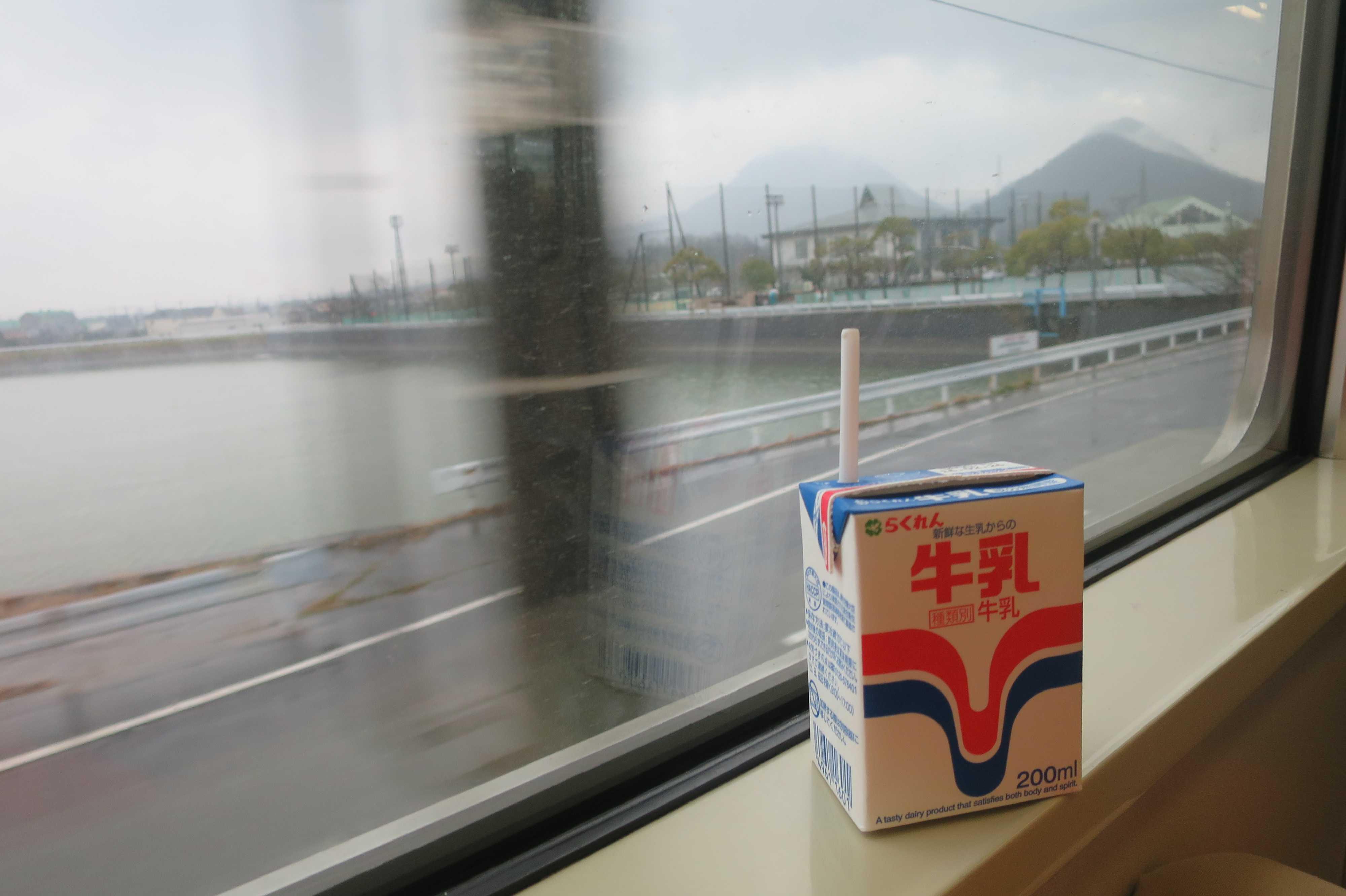 らくれん牛乳と車窓の讃岐の景色