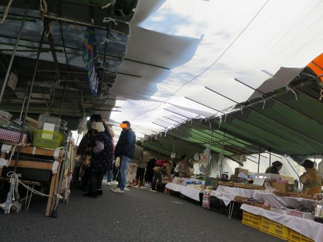 高知・日曜市のテントと空
