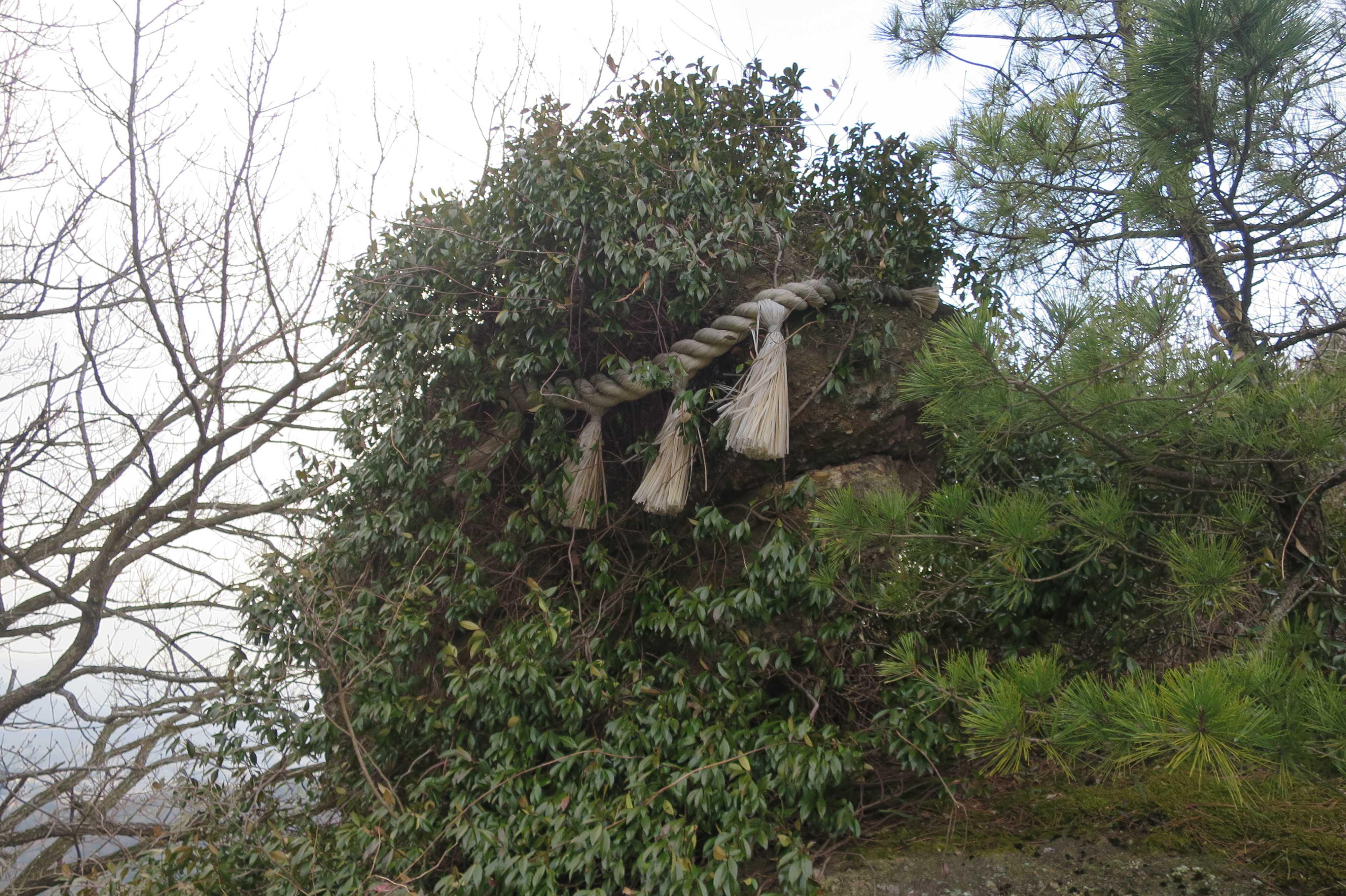 磨崖五輪塔(室町時代初期) - 出釈迦寺