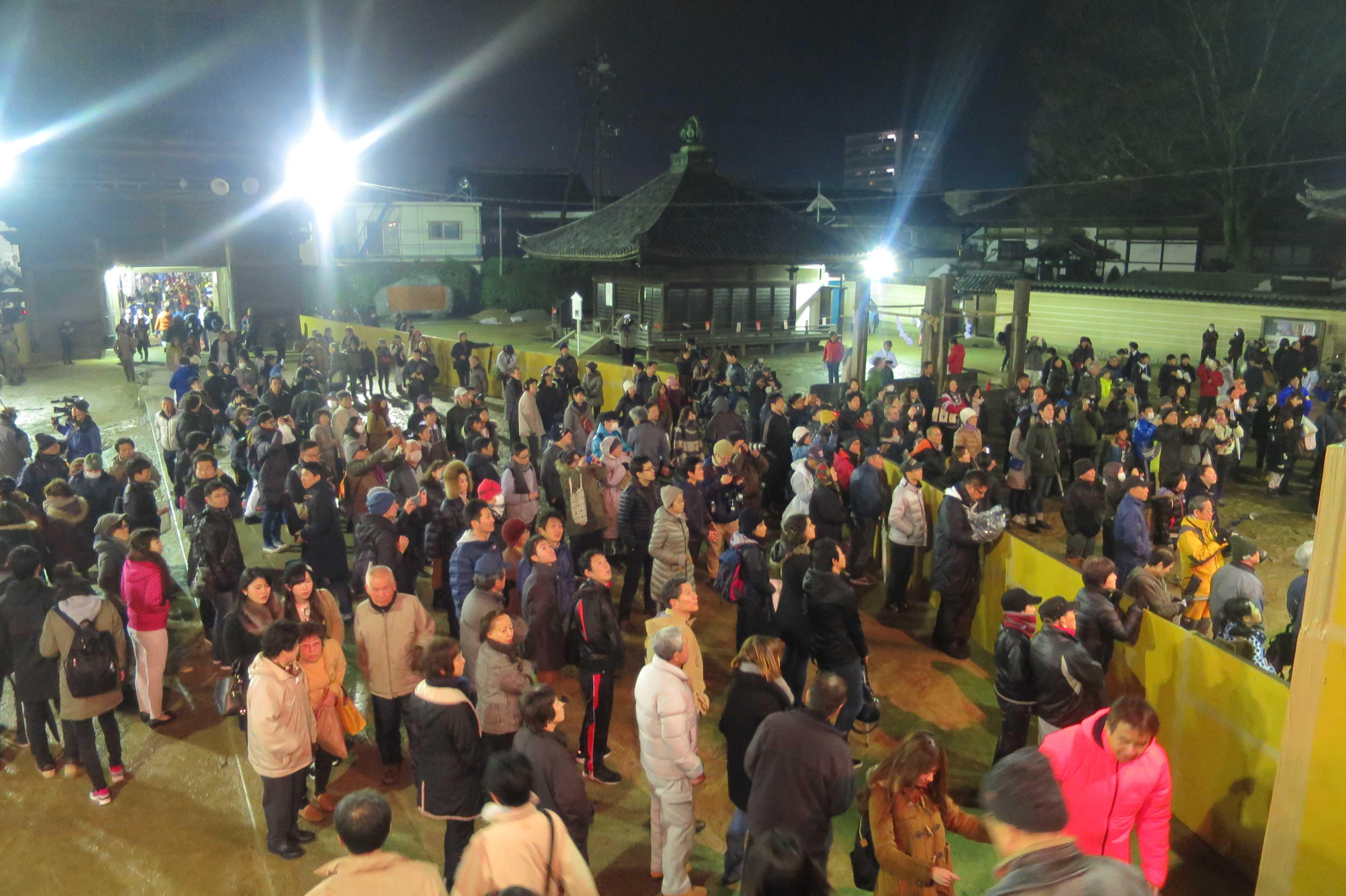 西大寺会陽 - 太鼓に聞き入る参拝者