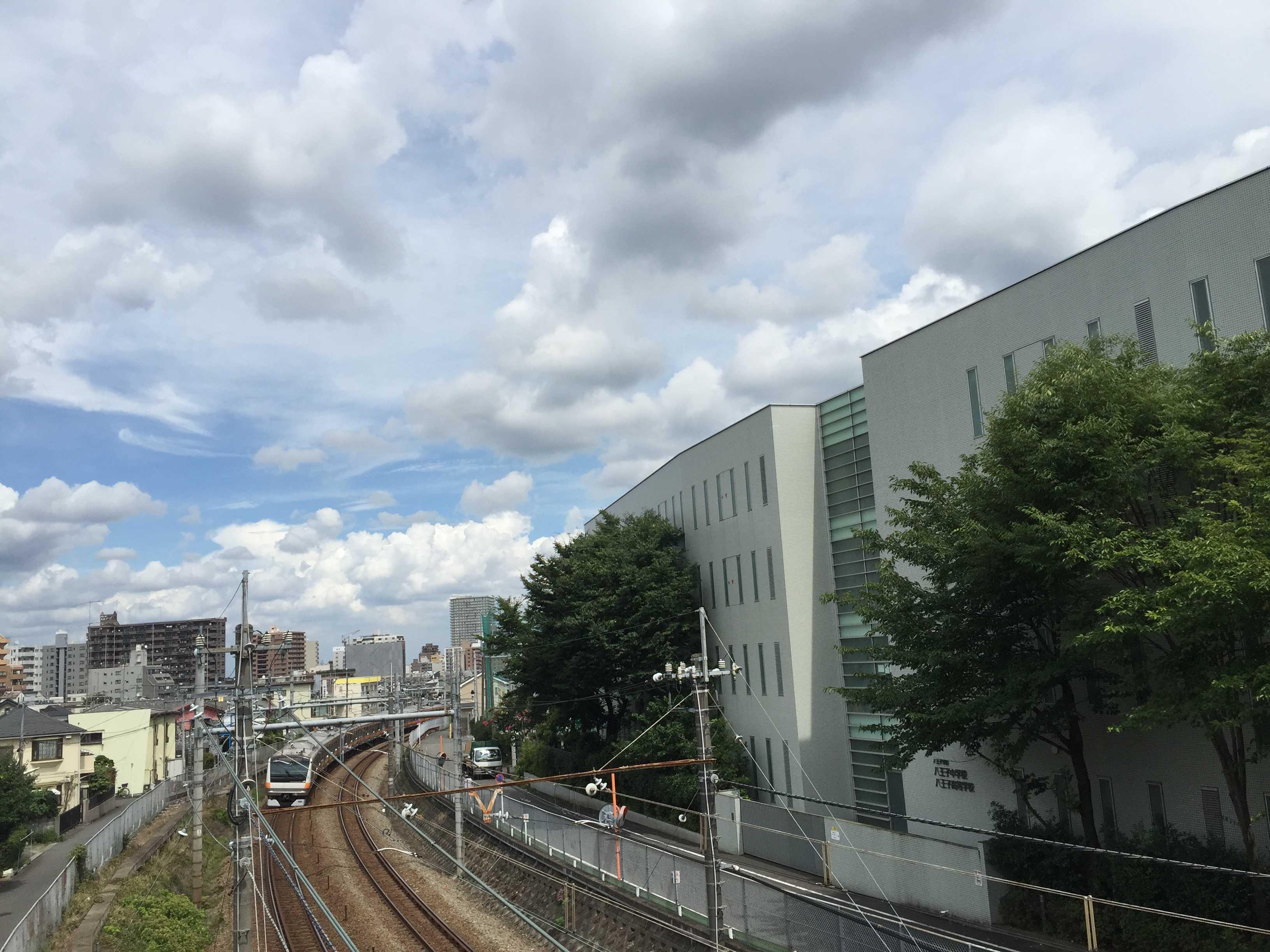 JR中央線すぐ横の八学校舎(写真 右)