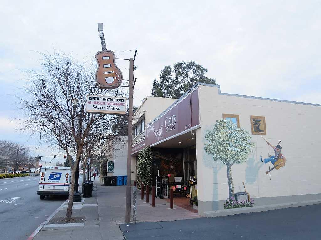 レッドウッドシティ駅近くの楽器店