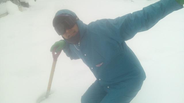 雪かき姿の村内伸弘