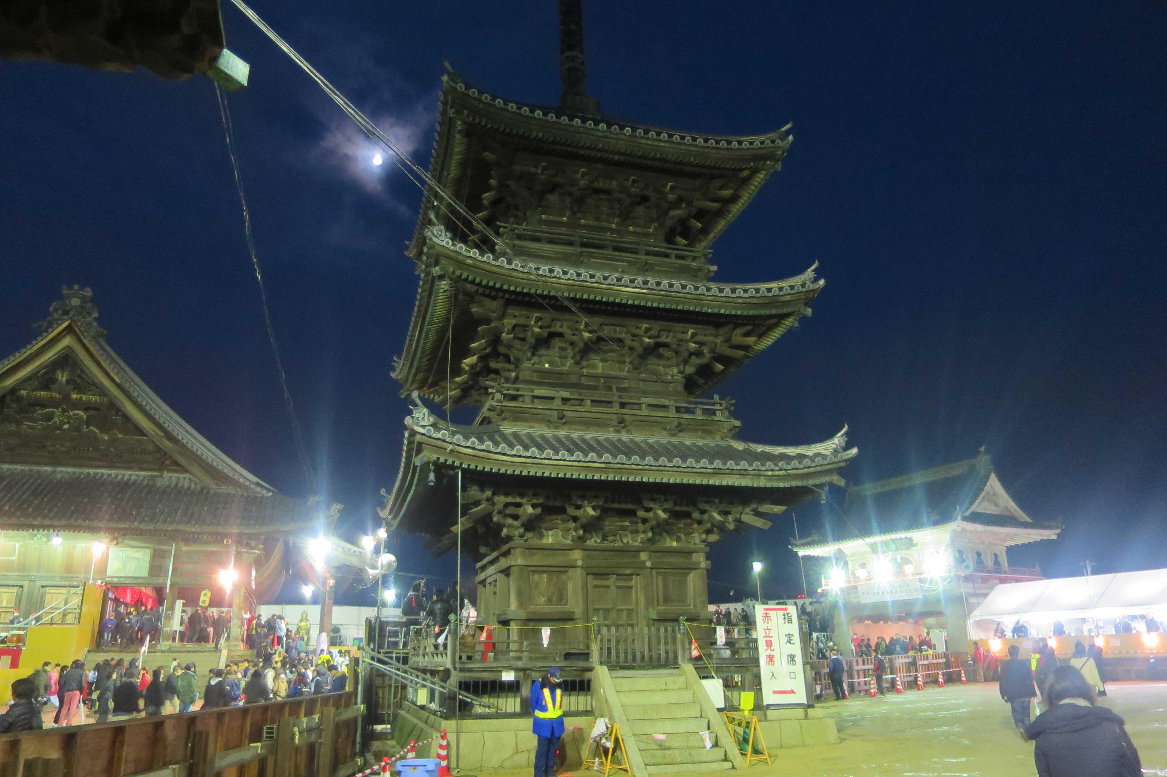 西大寺 - 左:高祖堂(弘法大師鎮座) 中央:三重塔(大日如来鎮座) 右:石門