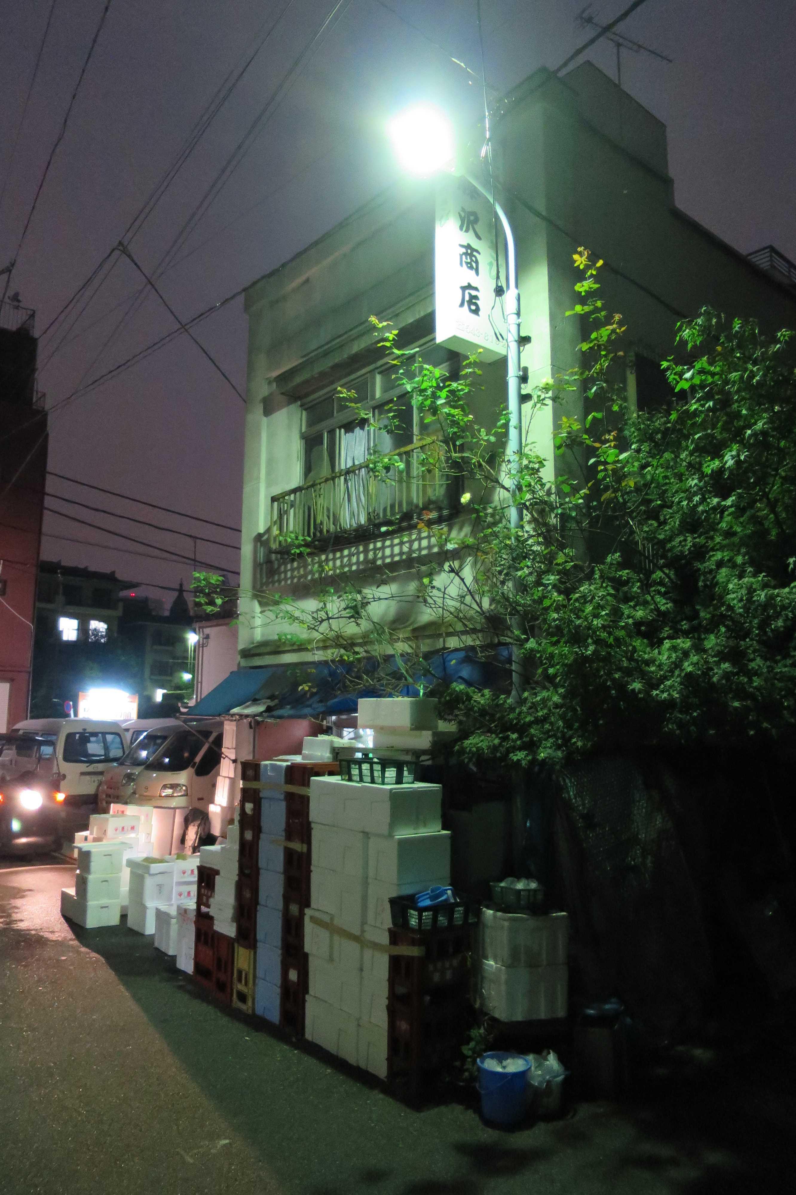 築地エリア - 夜明け前の築地に佇む古い建物