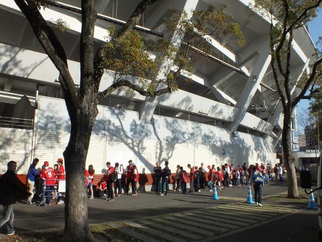 開場を待つカープファン - 横浜スタジアム