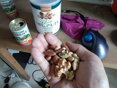 カゴメ野菜ジュースと MIXed NUTS