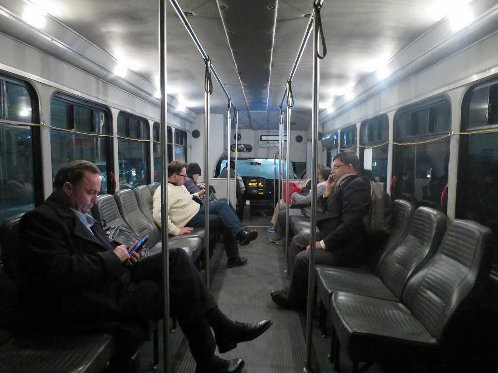 レッドウッドシティ - 無料シャトルバス車内