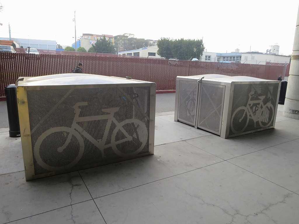 ミルブレー駅 - 自転車収納ボックス