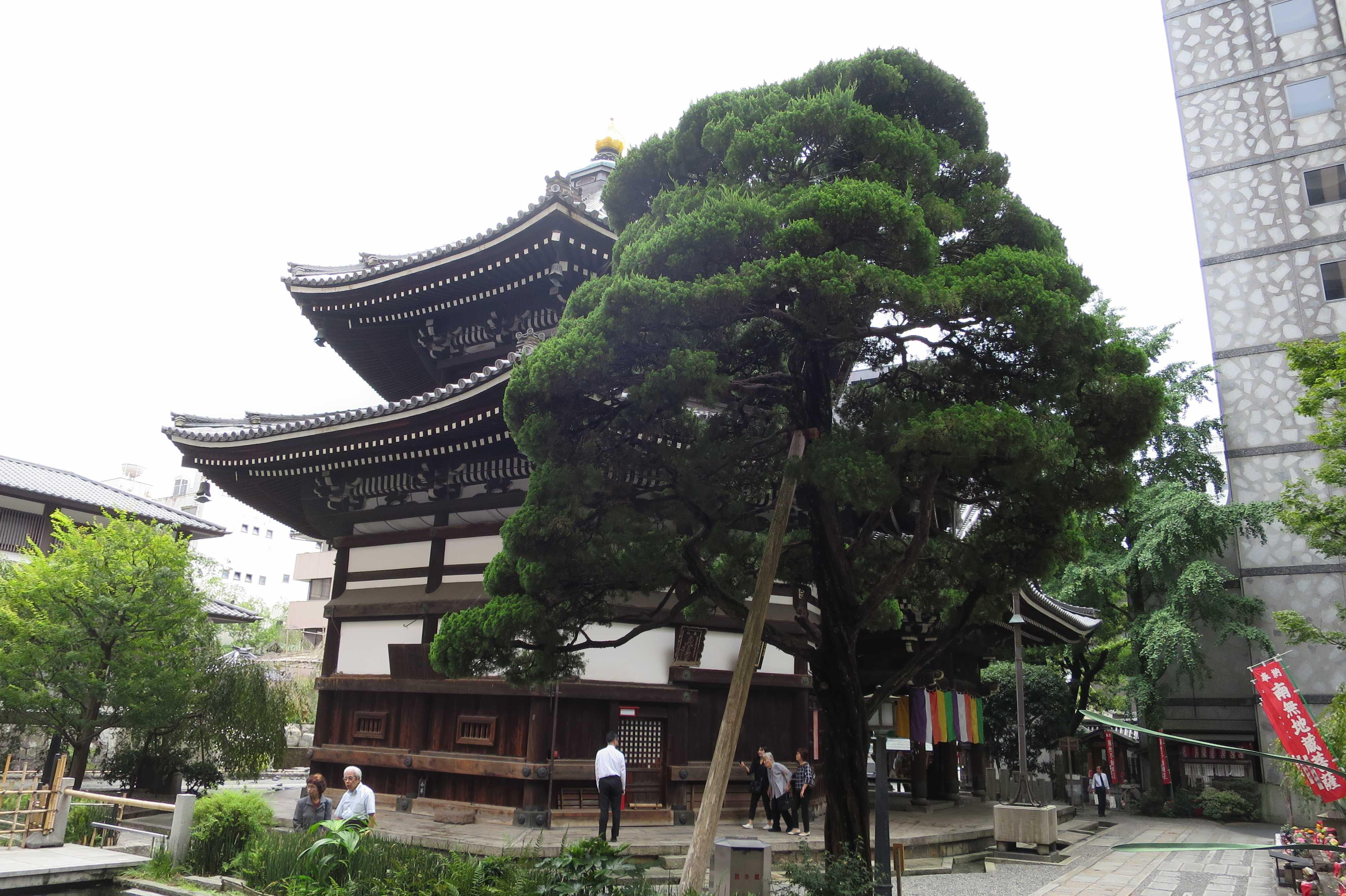 斜めから見た六角堂の本堂(京都市)